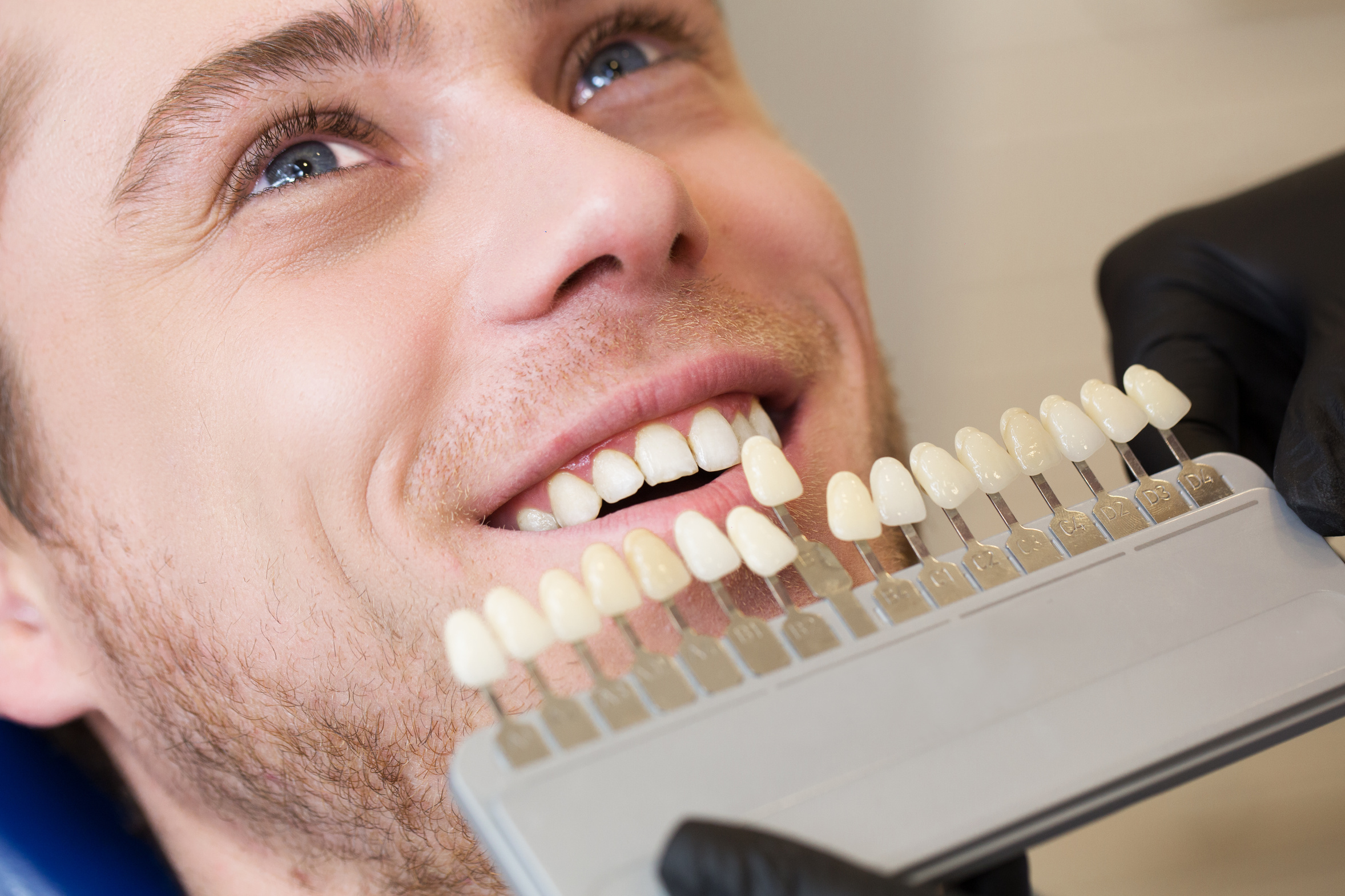 Fotolia 106003242 | Close up portrait of Young man in dentist chair | Urheber: mintybear