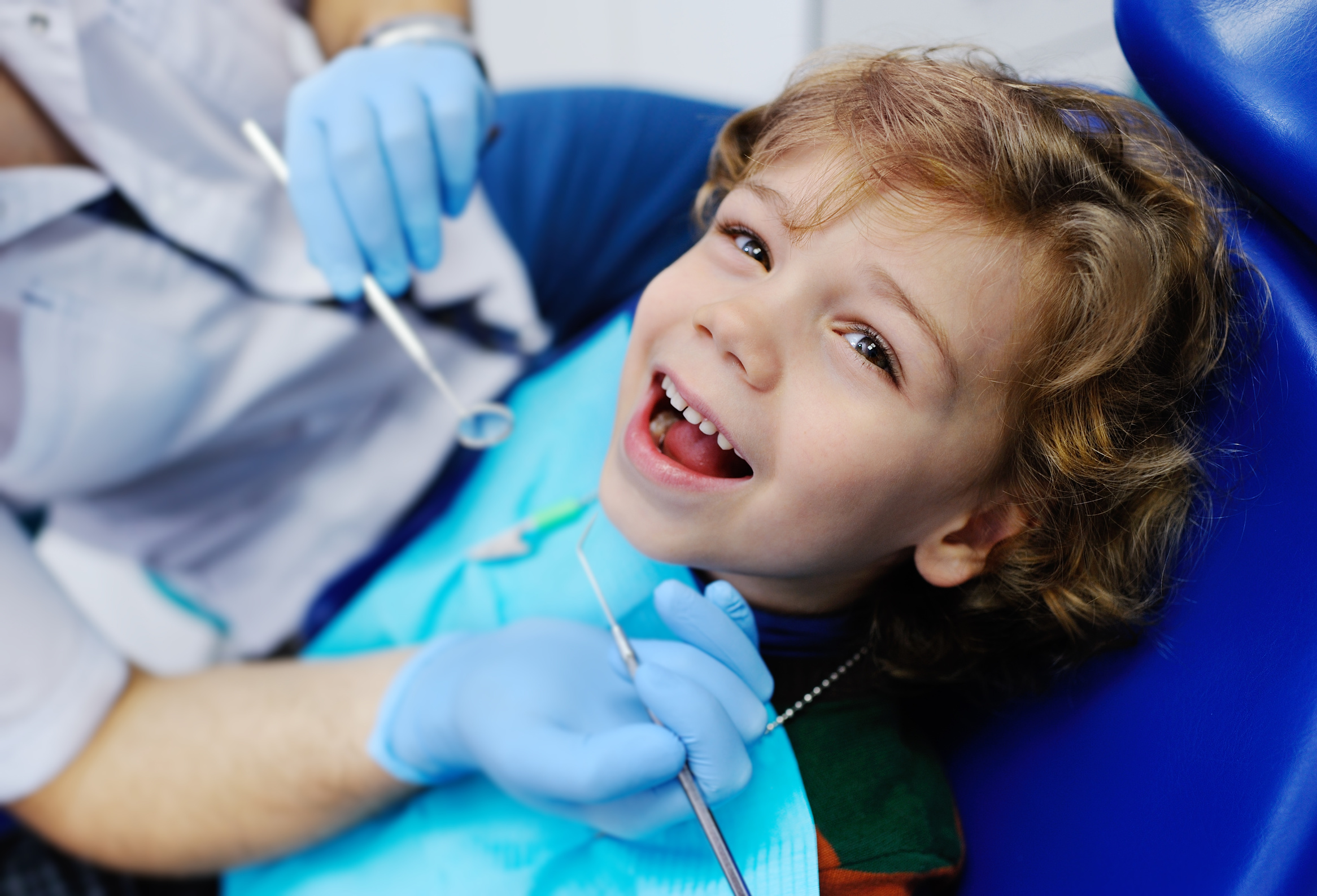 Fotolia 125053015 | child with curly hair at the dentist | Urheber: Evgeniy Kalinovskiy