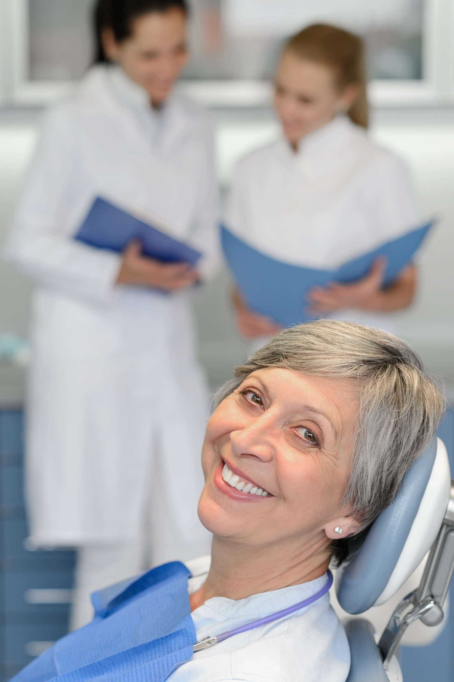 Fotolia 67482612 | Senior woman patient at dentist surgery smiling | Urheber: CandyBox Images
